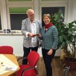 Koordinatorin Martina Rubarth freut sich über die Spende, übergeben von Wilfried Szuzies